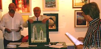 Il critico d'arte Dino Carlesi mentre presenta l'opera alla quale è stato assegnato il primo premio